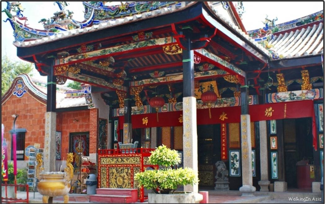 Snake Temple - Змеиный храм расположен в Сунгай Клуанге, и, по-видимому, является единственным в своём роде. Храм наполнен дымом ладана и множеством ядовитых змей. Сотни пресмыкающихся можно увидеть на стенах и крышах, на ветках деревьев и в жертвенных чашах.